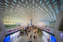 SHENZEN, CHINE - 29 JANVIER 2017 : À l'intérieur des halls de connexion terminale d'aéroport, conception intérieure moderne d'arc Images libres de droits