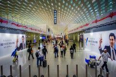SHENZEN, CHINE - 29 JANVIER 2017 : À l'intérieur des halls de connexion terminale d'aéroport, conception intérieure moderne d'arc Photos stock