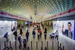 SHENZEN, CHINE - 29 JANVIER 2017 : À l'intérieur des halls de connexion terminale d'aéroport, conception intérieure moderne d'arc Image stock