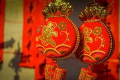 SHENZEN, CHINE - 29 JANVIER 2017 : Fermez-vous vers le haut de belles décorations rouges et d'or accrochant, célébration chinoise Photo libre de droits