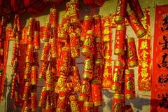 SHENZEN, CHINE - 29 JANVIER 2017 : Fermez-vous vers le haut des décorations rouges et d'or accrochant, concept chinois de célébra Images stock