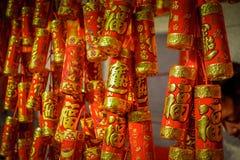 SHENZEN, CHINE - 29 JANVIER 2017 : Fermez-vous vers le haut des décorations rouges et d'or accrochant, concept chinois de célébra Image libre de droits