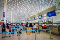 SHENZEN, CHINE - 29 JANVIER 2017 : Le hall intérieur de terminal d'aéroport, l'architecture intérieure moderne et la conception,  Photo libre de droits