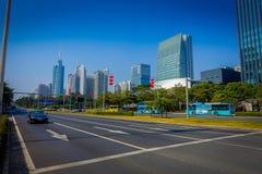 SHENZEN, CHINE - 29 JANVIER 2017 : Les rues et les sorroundings de centre urbain, beau mélange des arbres verts ont combiné avec Photographie stock libre de droits