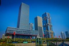 SHENZEN, CHINE - 29 JANVIER 2017 : Les rues et les sorroundings de centre urbain, beau mélange des arbres verts ont combiné avec Photos stock