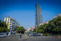 SHENZEN, CHINE - 29 JANVIER 2017 : Voisinage de Nan Shan, rues de centre urbain et sorroundings, beau mélange de vert Photographie stock libre de droits