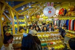 SHENZEN, CHINY - 29 STYCZEŃ, 2017: Inside ciasto sklep z pięknym pokazem torty i ciastka w zwierzęcych kształtach Obraz Royalty Free