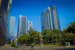 SHENZEN, CINA - 29 GENNAIO 2017: Le vie e i sorroundings del centro urbano, bella miscela degli alberi verdi si sono combinati co Fotografie Stock Libere da Diritti