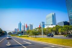 SHENZEN, CINA - 29 GENNAIO 2017: Le vie e i sorroundings del centro urbano, bella miscela degli alberi verdi si sono combinati co Immagini Stock