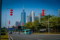 SHENZEN, CINA - 29 GENNAIO 2017: Le vie e i sorroundings del centro urbano, bella miscela degli alberi verdi si sono combinati co Fotografia Stock Libera da Diritti