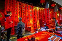 SHENZEN, CINA - 29 GENNAIO 2017: Pile di insegne rosse che appendono nel mercato da vendere, preparante per il nuovo anno cinese Immagini Stock Libere da Diritti