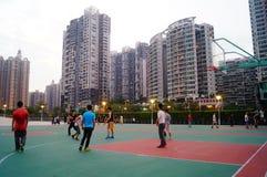 Shenzhen, Κίνα: Άνθρωποι που παίζουν την καλαθοσφαίριση Στοκ φωτογραφία με δικαίωμα ελεύθερης χρήσης