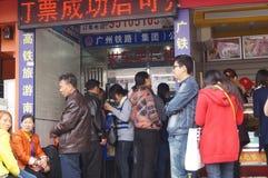 Shenzhen, Κίνα: αγοράζοντας εισιτήρια τραίνων Στοκ φωτογραφία με δικαίωμα ελεύθερης χρήσης