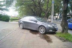 Shenzhen, Κίνα: αυτοκίνητο που σταθμεύουν στο πεζοδρόμιο Στοκ Φωτογραφίες
