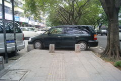 Shenzhen, Κίνα: αυτοκίνητο που σταθμεύουν στο πεζοδρόμιο Στοκ Εικόνα