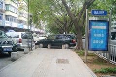 Shenzhen, Κίνα: αυτοκίνητο που σταθμεύουν στο πεζοδρόμιο Στοκ φωτογραφία με δικαίωμα ελεύθερης χρήσης