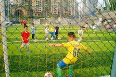 Shenzhen, Κίνα: Βασικές δεξιότητες παιδιών στην κατάρτιση του ποδοσφαίρου Στοκ Εικόνες