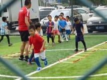 Shenzhen, Κίνα: Βασικές δεξιότητες παιδιών στην κατάρτιση του ποδοσφαίρου Στοκ φωτογραφία με δικαίωμα ελεύθερης χρήσης