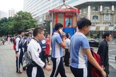 Shenzhen, Κίνα: επαγγελματικοί και τεχνικοί σχολικοί σπουδαστές μετά από το σχολείο Στοκ Εικόνες