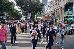 Shenzhen, Κίνα: επαγγελματικοί και τεχνικοί σχολικοί σπουδαστές μετά από το σχολείο Στοκ Φωτογραφία