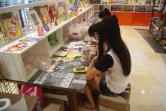 Shenzhen, Κίνα: Εργαστήριο προϊόντων τεχνών και τεχνών παιδιών Στοκ Εικόνα