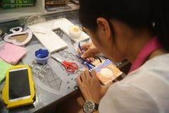 Shenzhen, Κίνα: Εργαστήριο προϊόντων τεχνών και τεχνών παιδιών Στοκ Φωτογραφία