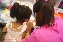Shenzhen, Κίνα: Εργαστήριο προϊόντων τεχνών και τεχνών παιδιών Στοκ Εικόνες