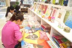 Shenzhen, Κίνα: Εργαστήριο προϊόντων τεχνών και τεχνών παιδιών Στοκ φωτογραφίες με δικαίωμα ελεύθερης χρήσης