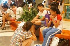 Shenzhen, Κίνα: ελεύθερος χρόνος plaza αγορών ανθρώπων Στοκ Φωτογραφία