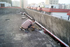 Shenzhen, Κίνα: η εγκατάσταση του δέκτη δορυφορικής τηλεόρασης Στοκ Φωτογραφία