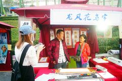 Shenzhen, Κίνα: η πώληση της τέχνης της τέχνης που γράφεται με τα λουλούδια και τα πουλιά Στοκ Εικόνες