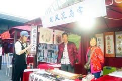Shenzhen, Κίνα: η πώληση της τέχνης της τέχνης που γράφεται με τα λουλούδια και τα πουλιά Στοκ εικόνα με δικαίωμα ελεύθερης χρήσης