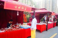 Shenzhen, Κίνα: η πώληση της τέχνης της τέχνης που γράφεται με τα λουλούδια και τα πουλιά Στοκ φωτογραφίες με δικαίωμα ελεύθερης χρήσης