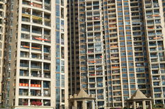 Shenzhen, Κίνα: κατοικημένα κρεμώντας εμβλήματα μπαλκονιών Στοκ Φωτογραφίες