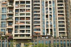 Shenzhen, Κίνα: κατοικημένα κρεμώντας εμβλήματα μπαλκονιών Στοκ φωτογραφίες με δικαίωμα ελεύθερης χρήσης