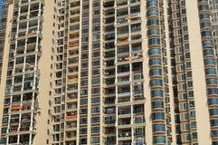 Shenzhen, Κίνα: κατοικημένα κρεμώντας εμβλήματα μπαλκονιών Στοκ Εικόνες