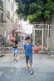 Shenzhen, Κίνα: παιδιά που παίζουν την καλαθοσφαίριση Στοκ Εικόνες