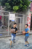 Shenzhen, Κίνα: παιδιά που παίζουν την καλαθοσφαίριση Στοκ φωτογραφίες με δικαίωμα ελεύθερης χρήσης