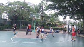 Shenzhen, Κίνα: τα άτομα παίζουν την καλαθοσφαίριση ως ψυχαγωγικό αθλητισμό Στοκ Εικόνες