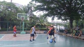 Shenzhen, Κίνα: τα άτομα παίζουν την καλαθοσφαίριση ως ψυχαγωγικό αθλητισμό Στοκ εικόνα με δικαίωμα ελεύθερης χρήσης