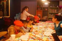 Shenzhen, Κίνα: Το εστιατόριο της KFC οργάνωσε τις δραστηριότητες ζωγραφικής παιδιών ` s, παιδιά ευτυχή να συμμετέχουν Στοκ εικόνα με δικαίωμα ελεύθερης χρήσης