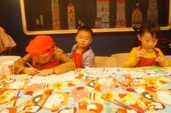 Shenzhen, Κίνα: Το εστιατόριο της KFC οργάνωσε τις δραστηριότητες ζωγραφικής παιδιών ` s, παιδιά ευτυχή να συμμετέχουν Στοκ εικόνες με δικαίωμα ελεύθερης χρήσης