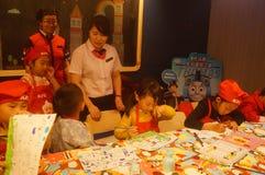 Shenzhen, Κίνα: Το εστιατόριο της KFC οργάνωσε τις δραστηριότητες ζωγραφικής παιδιών ` s, παιδιά ευτυχή να συμμετέχουν Στοκ Εικόνες