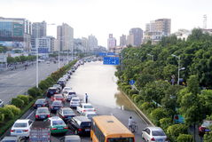Shenzhen Κίνα: υπόγεια έκρηξη υδροσωλήνων, ροή του νερού στον ποταμό Στοκ εικόνα με δικαίωμα ελεύθερης χρήσης
