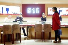 Shenzhen, Κίνα: χρυσό κατάστημα κοσμήματος Στοκ Φωτογραφίες