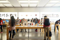Shenzhen, Κίνα: Apple Computer και κινητό τηλεφωνικό κατάστημα Στοκ φωτογραφία με δικαίωμα ελεύθερης χρήσης