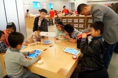 Shenzhen, Κίνα: Apple Computer και κινητό τηλεφωνικό κατάστημα Στοκ Φωτογραφία