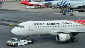 Shenzhen Airlines Aerobus A320 pcha z powrotem przy Changi lotniskiem Fotografia Royalty Free