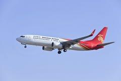 Shenzhen Airlines Boeing 737-87L, landning B-5672 i Peking, Kina Royaltyfria Bilder