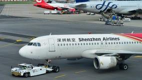 Shenzhen Airlines-Luchtbus A320 die terug bij Changi Luchthaven duwen royalty-vrije stock fotografie